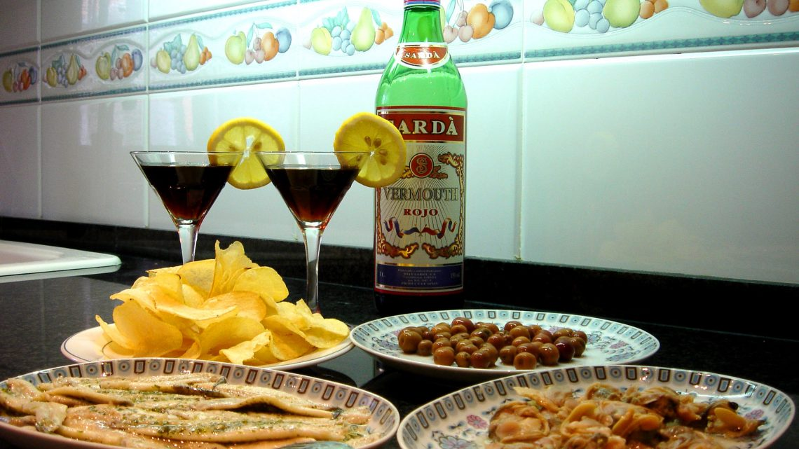 A typical spread for the hour of the vermouth. Photo by JaulaDeArdilla.